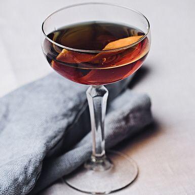 Denna kryddiga gindrink från 1903 får sin karaktäristiska bitterhet av örtlikören Fernet Branca. Hanky Pankyns djupa färg och smak kommer från gin och söt vermouth som snabbt rörs ihop med is och silas ner i snygga cocktailglas. Så – nu kan festen börja!