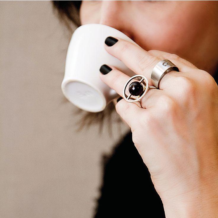 Nada melhor como fazer uma visita em nossa loja, tomar um bom café  e sair com lindas joias Vanessa Robert. Destaque para os anéis de #prata Cosmo Granada http://www.vanessarobert.com.br/anel-cosmos-granada e Anel Diamante Bruto em #ourobranco que fizeram uma combinação linda na foto.
