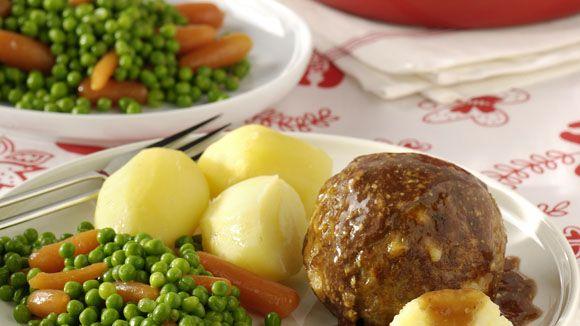 Kaasgehaktbal met mosterdjus met wortel en doperwten en gekookte aardappelen