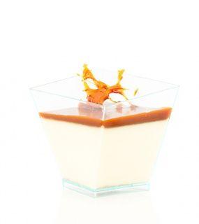 Originální lehký italský dezert z vařené smetany s vanilkou a domácím karamelem na povrchu, dozdobená karamelovou mřížkou.