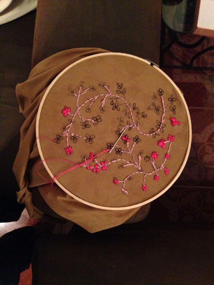 Bordado flor e cerezo Sobre tela de gamuza