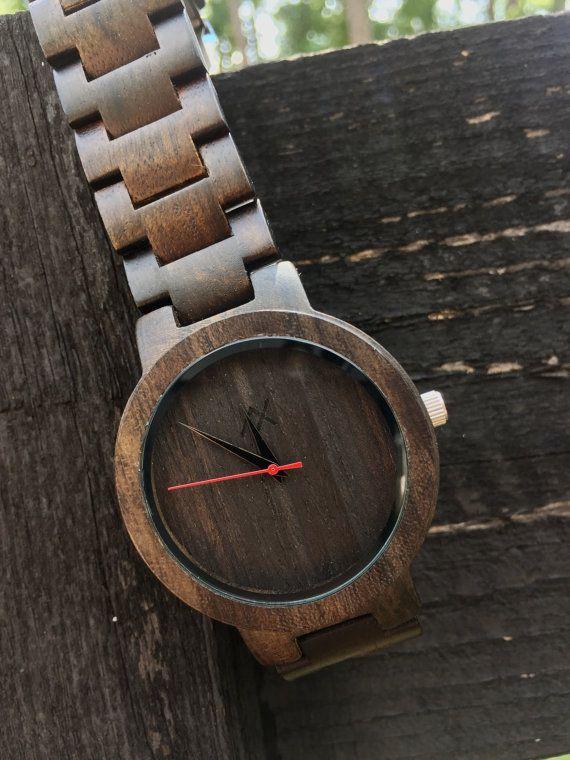 Mettant en vedette nos montres en bois complet fait à la main « Ébène » avec notre bande de bois ébène réglable.  Graver jusquà 10 mots sur le dos de nos montres bois ébène magnifique. Laisser quelquun sait combien ils signifient pour vous. Ou un nom simple ou une date peut être gravé. Écrire ce que vous voudriez gravé sur la montre dans la section notes de votre commande.  La montre en bois AxMen est fabriquée à partir de vrai bois, conçu pour vous donner une confortable dun bon oeil. La…