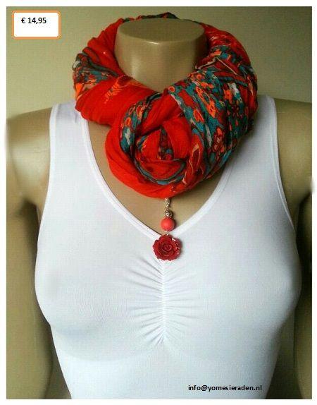 Combineer je sjaal met een ketting voor een andere look.  www.yomesieraden.nl