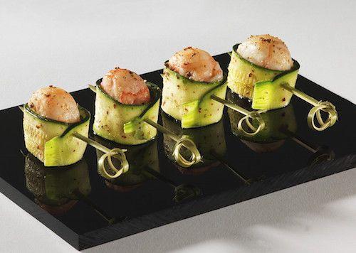 Découvrez cette recette d'apéritif facile. Pour préparer ces bouchées de concombre aux crevettes, il vous faudra : des crevettes roses crues, un concombre, de l'huile d'olive et des piques en bois.