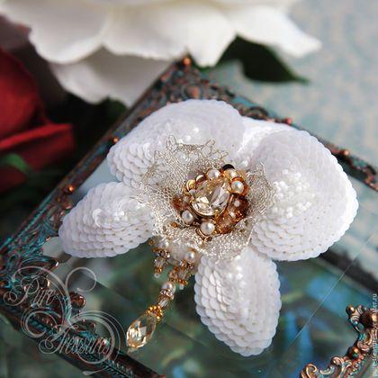Купить или заказать Брошь Endless Blooming, белая орхидея в интернет-магазине на Ярмарке Мастеров. Название коллекции «Бесконечное цветение» говорит само за себя. Роскошные цветы, созданные в единственном экземпляре и несущие частичку моей души и вдохновения, добавят Вашему образу яркости и романтичности, а в холодное время года станут приятным напоминанием о лете. Об орхидеях существует много легенд, но все они связаны с необычной формой, нежностью и роскошью самого цветка.
