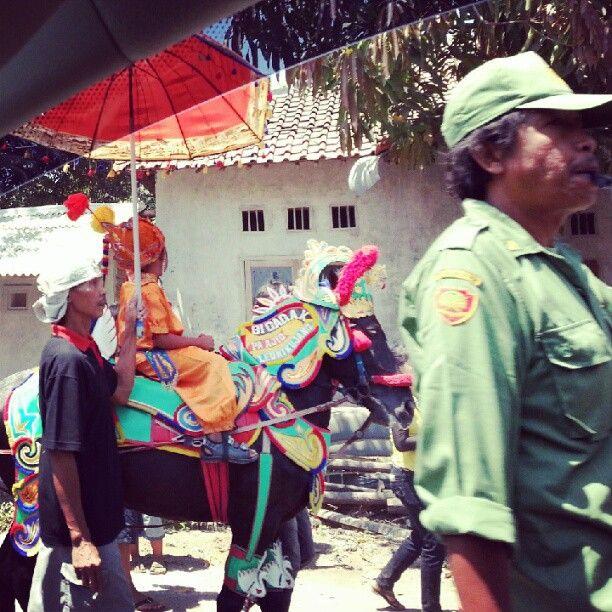 Arak-arakan anak sunatan. @ Jalan Bagus Rangin Cirebon /via @AdibHidayat