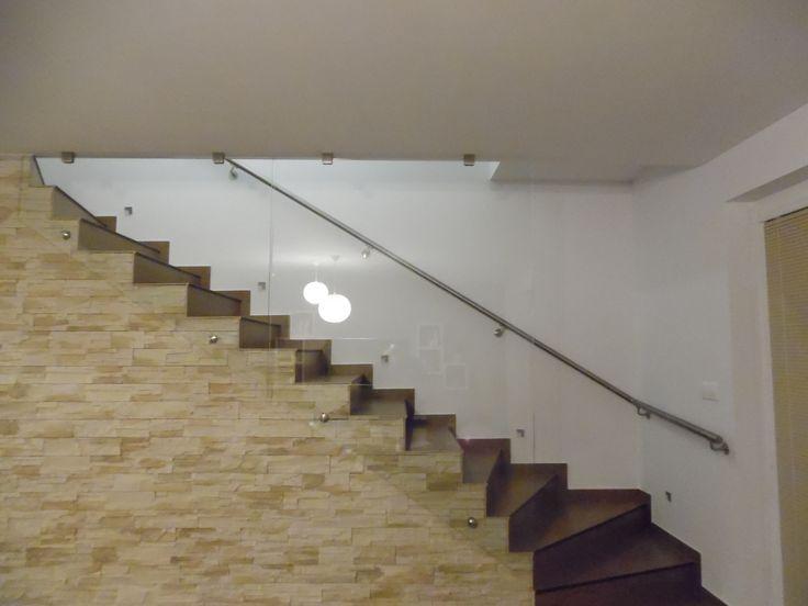 sklenená zástena pri schodisku a nerezové madlo