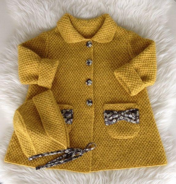 Nydelig strikkekåpe og kyse i dobbelt perlestrikk, strikket med en tråd Sandnes Silk Mohair og en tråd PT2. Alternative garntyper kan være Dales Erle og Finull fra Rauma. Pinne