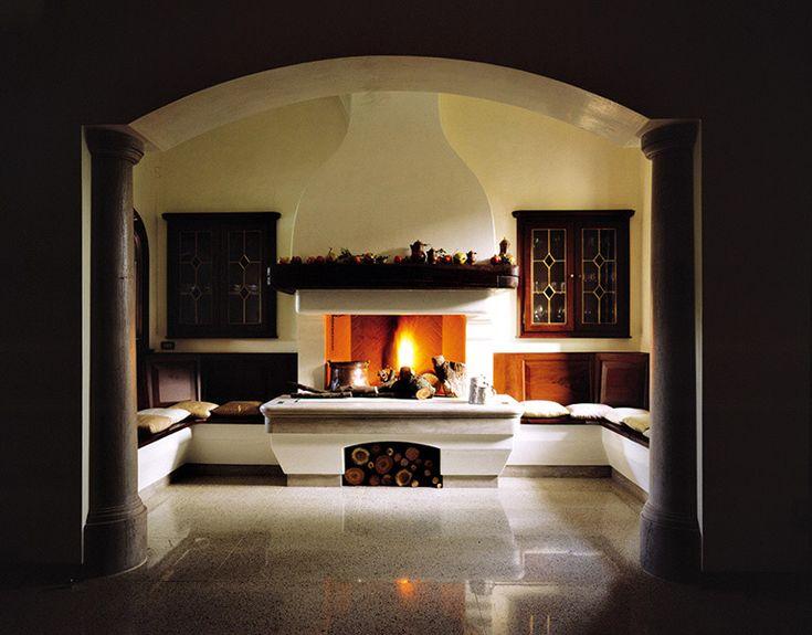 caminetto tradizionale su misura a parete con panche gover ...