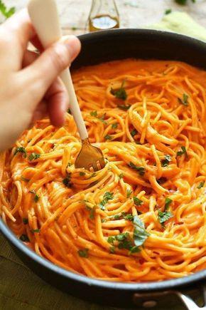 Dit recept beschrijft hoe je pasta met geroosterde paprikasaus maakt.