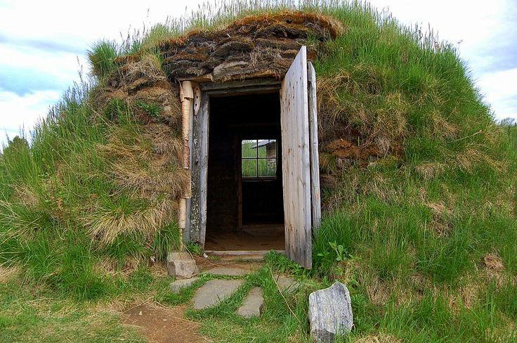 Finland, Utsjoki, kammi - Kammi is a traditional Sami dwelling, a very simple timber-framed, peat or tures a small sleeping area. - Kammi on saamelainen perinteinen asumus, hyvin yksinkertainen puurunkoinen, turve- tai maapeitteinen pieni yöpymistila. - Photo: Välähdyksiä/ ahpics blogi