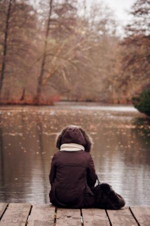 Reflexionando en el muelle del lago