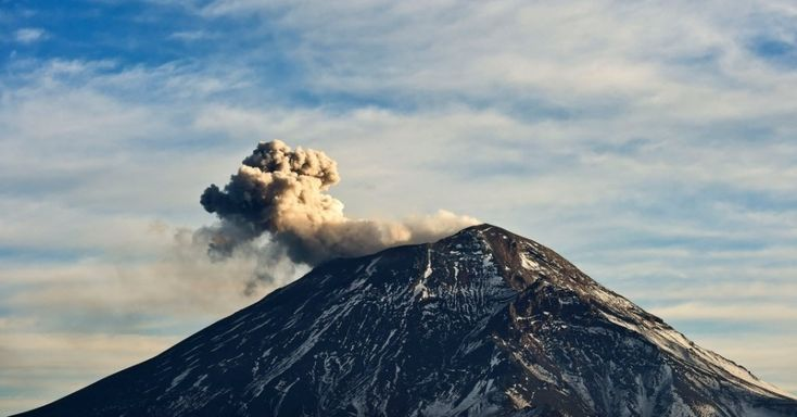 Nuvem de cinzas e fumaça expelida pelo vulcão Popocatepetl é vista no Parque Nacional Izta-Popo, no Estado mexicano de Puebla Central, no domingo (31). A imagem foi divulgada no dia seguinte