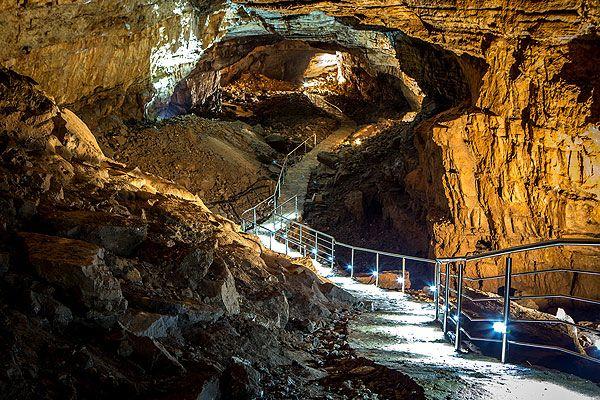 Popovo völgyében Hercegovina délnyugati részén található a világ egyik legnagyobb karsztos földterülete, mely egészen Horvátországig és Szlovéniáig is elnyúlik. Ravno városkához közel fedezték fel a hatalmas barlangrendszert Bosznia-Hercegovinában, a Vjetrenica-barlangot. 6,2 kilométer hosszú, egészen az Adriai-tengerig húzódik. #vjetrenica #bosznia