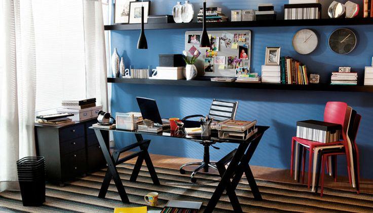 Azul, preto e branco compõe a ambientação office feita pela rede Etna, usando caixas Facilit Listras Boxmania.