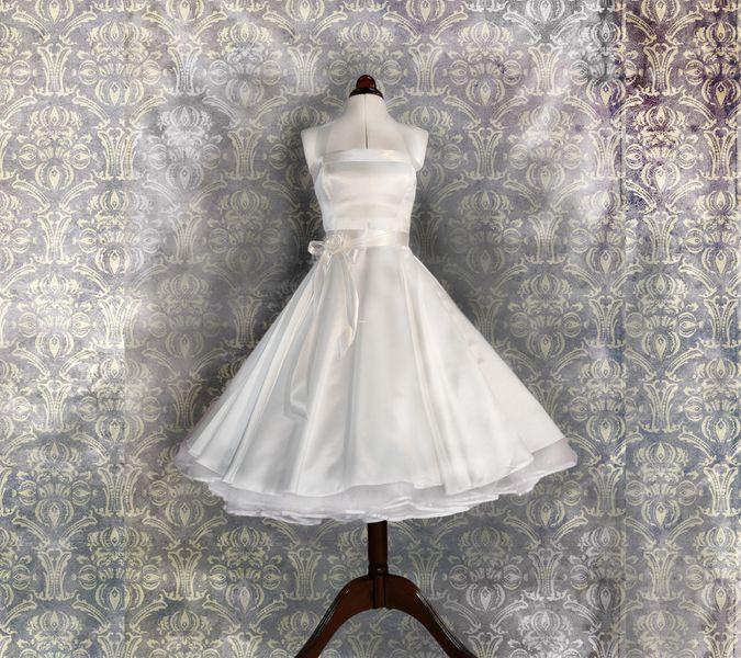 Dieses wundervolle Vintage-Brautkleid aus hochwertigem Satin mit edel seidig schimmernden Glanz ist ein Brautkleid das das Feeling der 50er so rich...