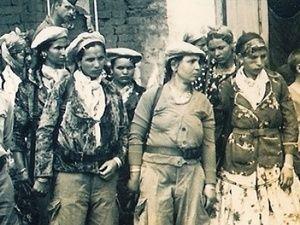 Femmes combattantes anti-flns pendant la guerre d'Algérie 1959-1960. Il s'agit de femmes appartenant à l'harka de Catinat (on les surnomma les Harkettes), région où les femmes s'émancipèrent sans trop de difficultés.