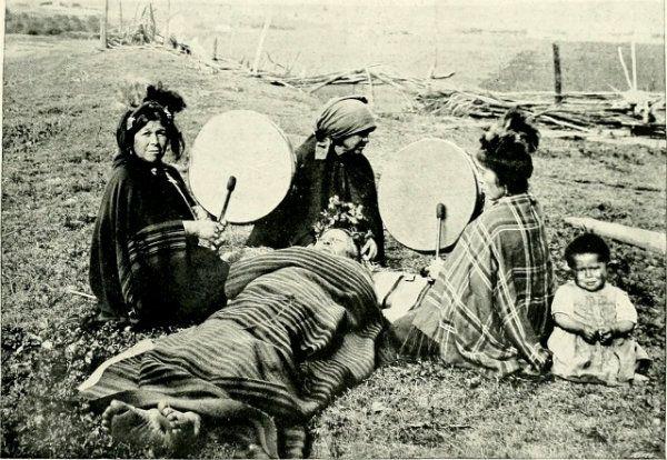 Machi tratando a un paciente (1908).