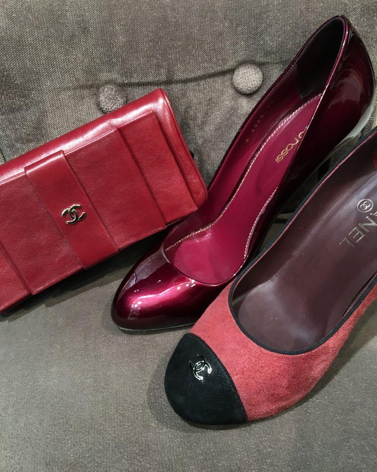 Portefeuille Chanel, Escarpins vernis Sergio Rossi et escarpin en suede Chanel