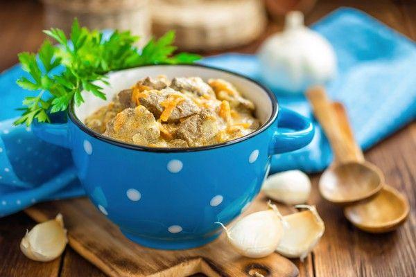 Тушеная печень в сметане с луком и морковью, ссылка на рецепт - https://recase.org/tushenaya-pechen-v-smetane-s-lukom-i-morkovyu/  #Птица #Рецептыдлядетей #Рецептыдлядиабетиков #блюдо #кухня #пища #рецепты #кулинария #еда #блюда #food #cook