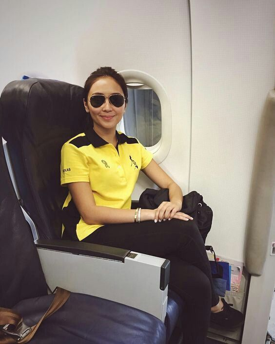 This is the pretty Kathryn Bernardo smiling for the camera while riding on the airplane to Tacloban City, Leyte for the Liberal Party campaign sortie there. Kath was wearing a yellow Roxas-Robredo shirt, black wash skinny jeans, and black Vans Authentic skate shoes/sneakers. #KathrynBernardo #TeenQueen #RoxasRobredo #LiberalPartyPH #Halalan2016 #IpanaloangPamilyangPilipino #VansShoes #VansPhilippines #VansCanada