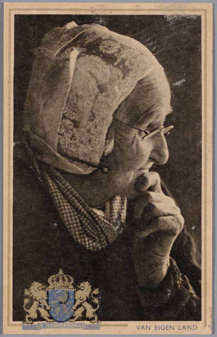 Portret van vrouw in Larense streekdracht. De vrouw draagt een oorijzer, met daarover de zgn. 'vierkante muts'. In het jak draagt ze een meerkleurig geruite schouderdoek. Ansichtkaart uit de serie 'van eigen land'. 1905-1968 #Laren #Gooi #NoordHolland #vierkant