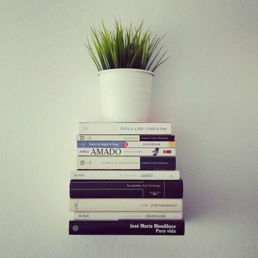 Libros flotantes. Estantería Conceal blanca by Miron Lior en Gnomo.eu.
