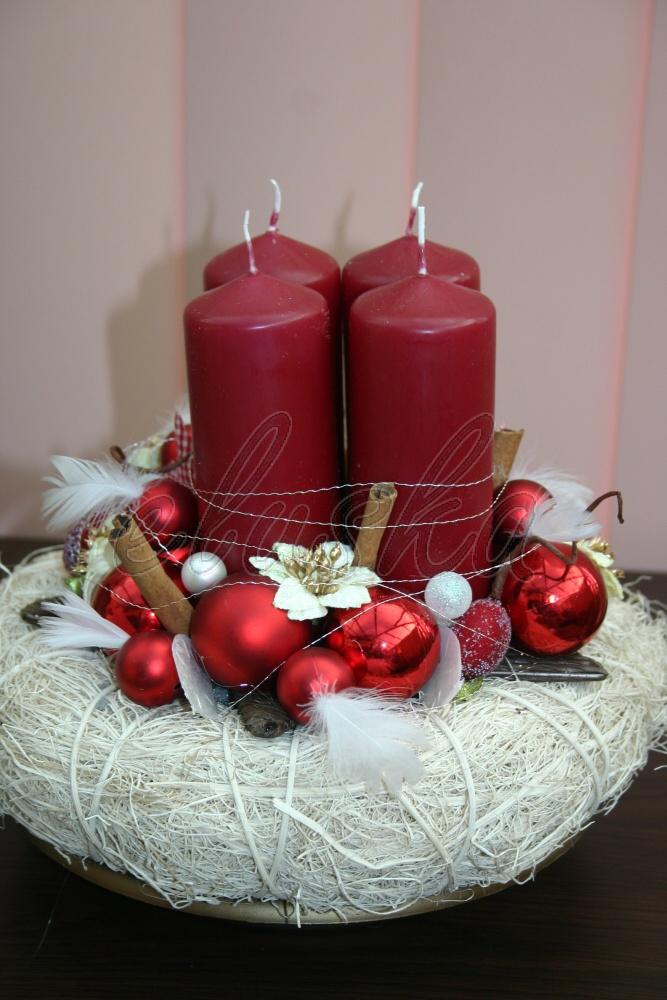 Adventní svícen svícen je laděný v bílo-červených barvách je podložen vánoční miskou,ozdoben 4 velkými svícemi,květy,baňkami,peříčky,hvězdou.