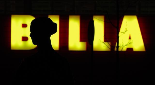 Uherské Hradiště - socha cyklistky před obchodním domem Centrum. Silueta ve světle nápisu Billa.