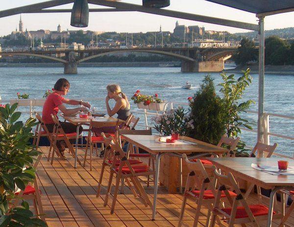 Il Boat Hotel Fortuna a Budapest si trova all'interno di una nave parcheggiata sulle rive del Danubio.