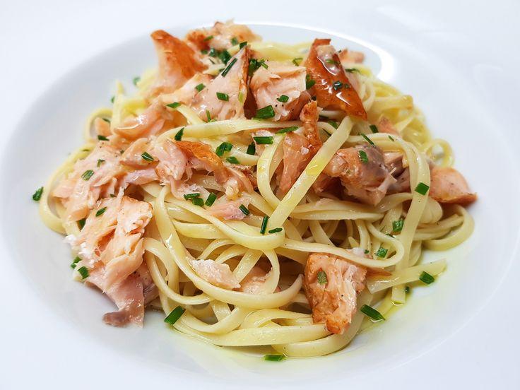 Moe en hongerig? Deze supersimpele pasta met zalm en citroen zet je met maar enkele ingrediënten in zo'n 20 minuten op tafel. Met een lekkere salade op basis van verse spinazie inbegrepen.