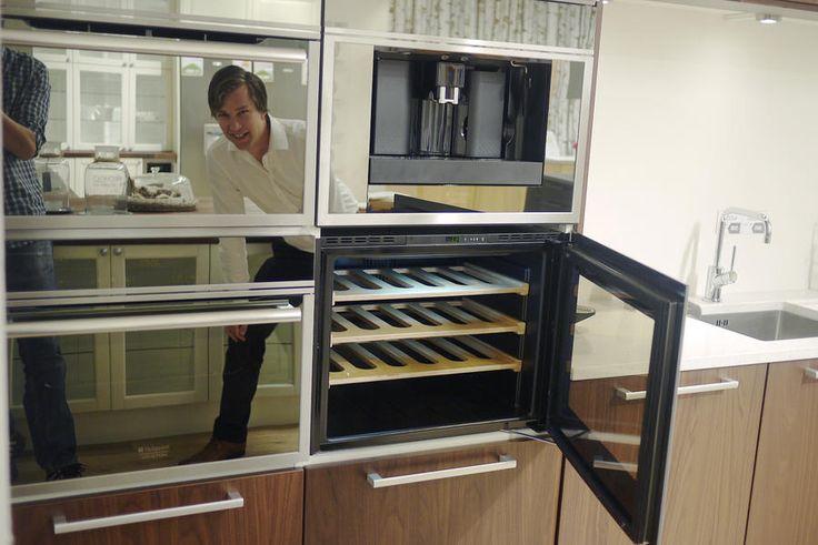 Mikkel Alme konstaterer at speilglassdørene i produktene fra Hotpoint Ariston er blankpusset. Til høyre integrert vinskap i 45 cm bredde (8.000,-) og kaffemaskin (10.000,-).