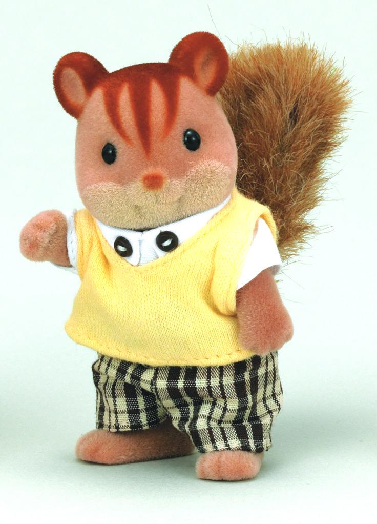 Walnut Squirrel Family Father - Cedric Ο μπαμπάς Cedric ξέρει να φτιάχνει τέλεια ξύλινα έπιπλα. Έχει βέβαια και κάποιες αποτυχίες στις κατασκευές του, αλλά τις κρατάει καλά κρυμμένες σε ένα δωμάτιο στο σπίτι τους. Μην τον μαρτυρήσει κανείς σας....Σςςς!