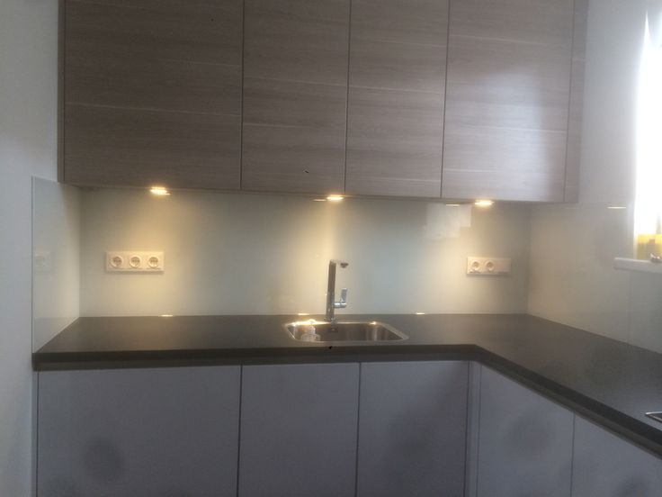 Glazen keukenwand van Visualls in RAL6019 verkeerswit