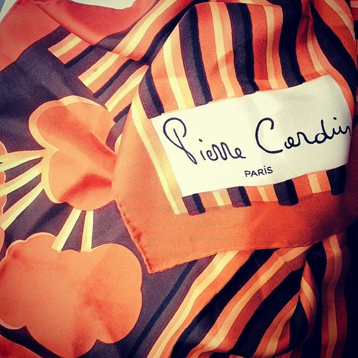 Pierre Cardin silk op scarf 🏵🏵🏵🏵🏵🏵🏵🏵🏵🏵 #pierrecardin #fashionmuseum #museodellamoda #moda #60s #scarf #optical #orange #flowers #storiadellamoda #arte #museo #fotografia #igerspuglia #igersbari #igersitalia #design