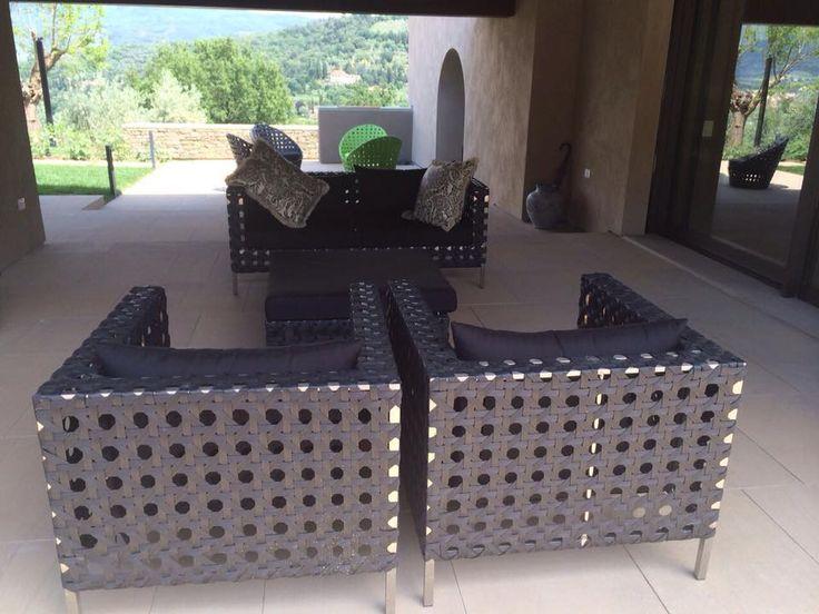 arredo giardino divano in acciaio e rattan sintetico modello GRAFITE  un set sofisticato realizzato con materiali resistenti e di stile , Un angolo all'esterno che richiama l'arredo interno realizzato con arredi di design