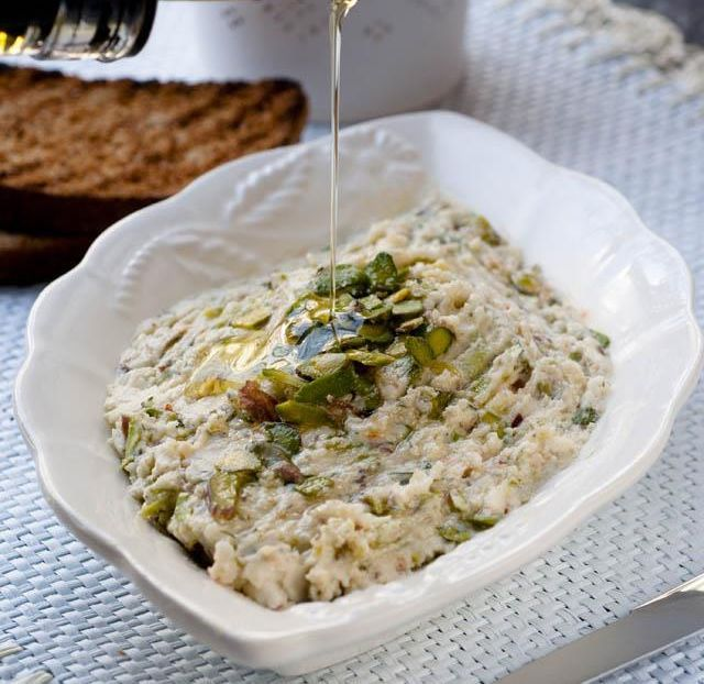 Girit mutfağı genelde binbir çeşit taze otlarla hazırlanan yemek ve mezeleri ile ünlüdür. Girit ezmesi ise peynir ve ceviz içi ile yapılan özel bir tattır.