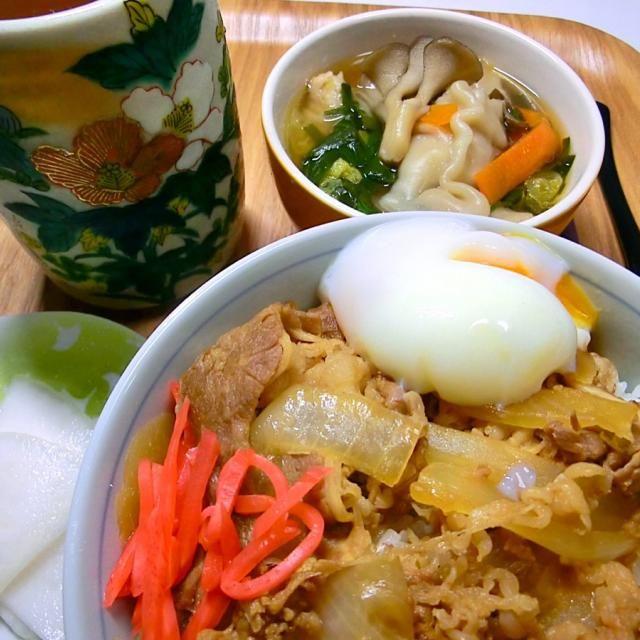 ご飯を入れ過ぎたが、全部綺麗に美味しく食べられた。水餃子スープも美味しいかった。千枚漬けが美味しい時期になってきた。 - 82件のもぐもぐ - 牛丼と水餃子スープと千枚漬け by hiroshikimDeU