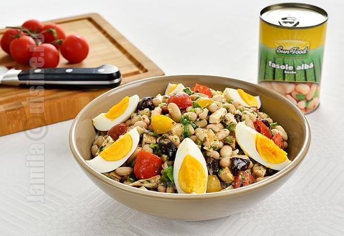 Salata de fasole cu pui este excelenta pentru aceasta perioada. Este gata extrem de repede, putem folosi carne deja gatita care ne-a ramas prin frigider, este o sursa buna de proteina, e sanatoasa si satioasa.