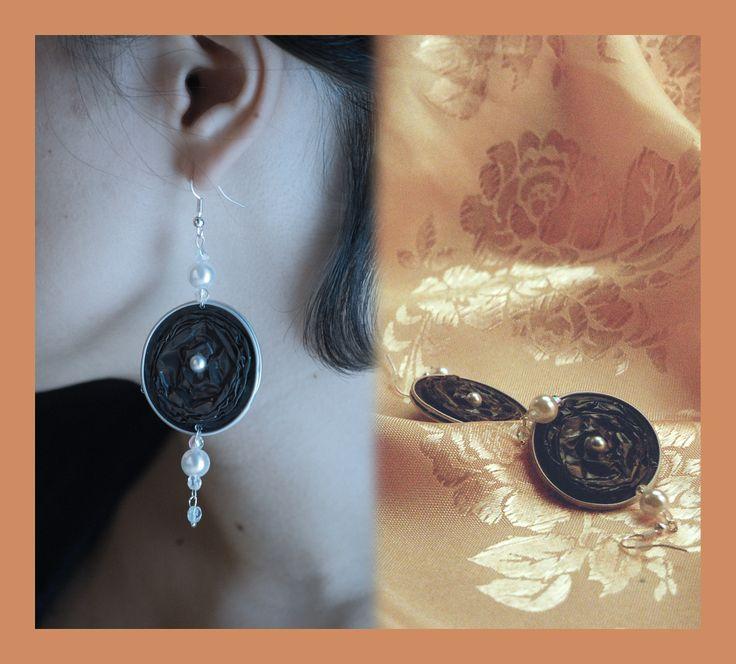 Orecchini linea Sera – Orecchini con cialde; color ostrica, finiti con perle panna e trasparenti.