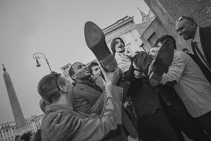 Per favore, non rompete lo sposo (ma lanciatelo in alto!) Momenti divertenti e goliardici all'uscita della chiesa | Please don't hurt the groom :) (but yep, make it jump high)
