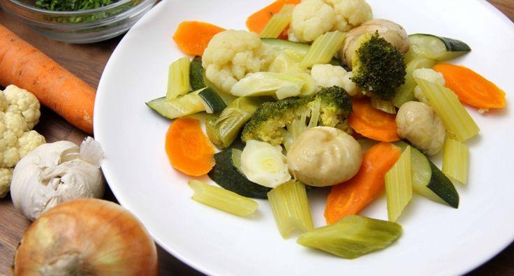 Párolt zöldségköret recept: A párolt zöldség az egyik legegyszerűbben és leggyorsabban elkészíthető köret. Szinte bármilyen sült, főtt, vagy párolt húsétel mellé fogyaszthatjuk, de diétázóknak, vegetáriánusuknak önálló ételként is megállja a helyét. Készítsd el Te is ezt az egészséges párolt zöldségköret receptet!