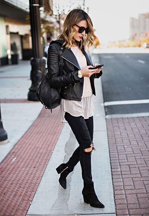 Street style look com mochila de couro e jaqueta preta mais bota salto médio quadrado