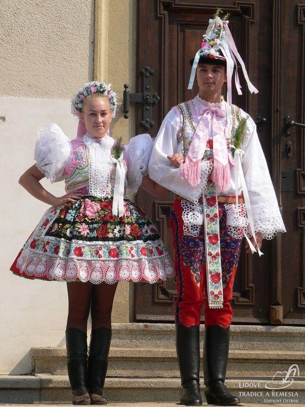 классный уголок фото в трафарете народного костюма чехии визуально напоминает квадрат