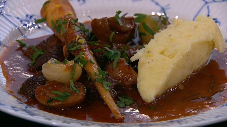 Okseragout med rødvin, champignon og bacon er en lækker dansk opskrift af David De Silva fra Go' morgen Danmark, se flere kødretter på mad.tv2.dk