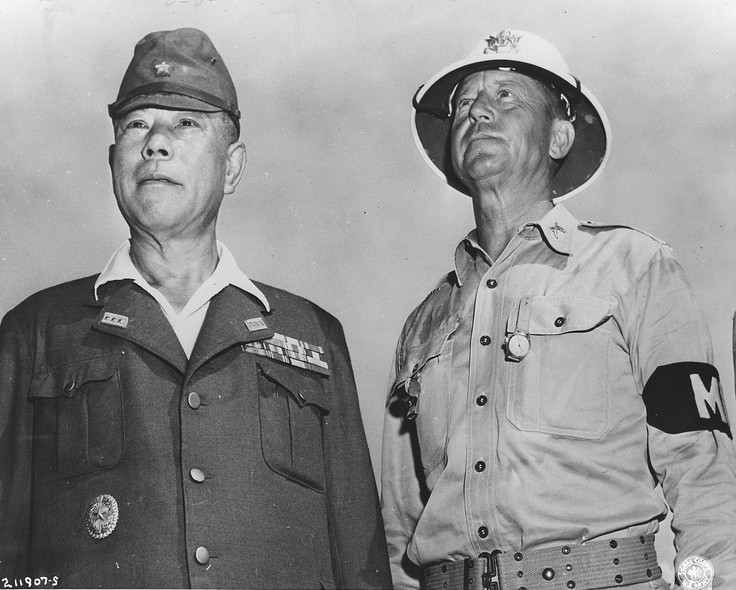 Japanese General Tomoyuki Yamashita (山下 奉 文) and his US escort, Major of Military Police Kenworthy during the trial of Japanese war criminals in Manila. Yamashita was found guilty of war crimes and hanged in 1946.