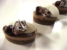 Luca Montersino e i suoi capolavori di dolcezza con l'ingrediente goloso per eccellenza: il cioccolato! Oggi sceglie la ricetta della foresta nera in formato mignon.
