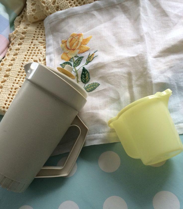 Tupperware retro en gele sprei en borduurseltje