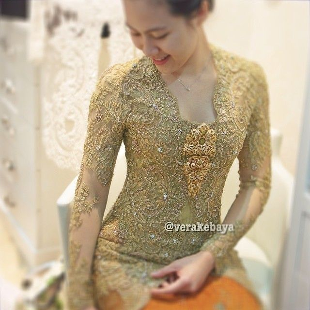 Details… #fitting #kebaya #lace #beads #swarovskicrystals #throwback #handmade #weddingdress #verakebaya ❤️❤️❤️ (di Rumah Kebaya Vera Anggraini)
