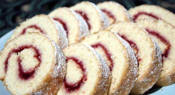 Fantastická roláda hotová za 10 minut. Základní suroviny máte určitě doma, tak vyzkoušejte ke kafíčku připravit sladký dezert.